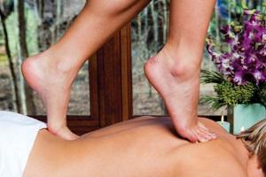 Массаж тела ногами