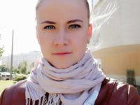 Массажистка Елена в шарфике