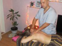 Массажист Ярослав делает массаж воротниковой зоны