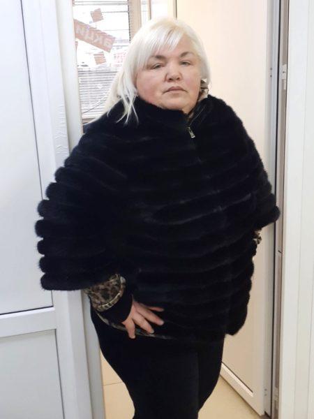 Массажистка Елена в черном панчо
