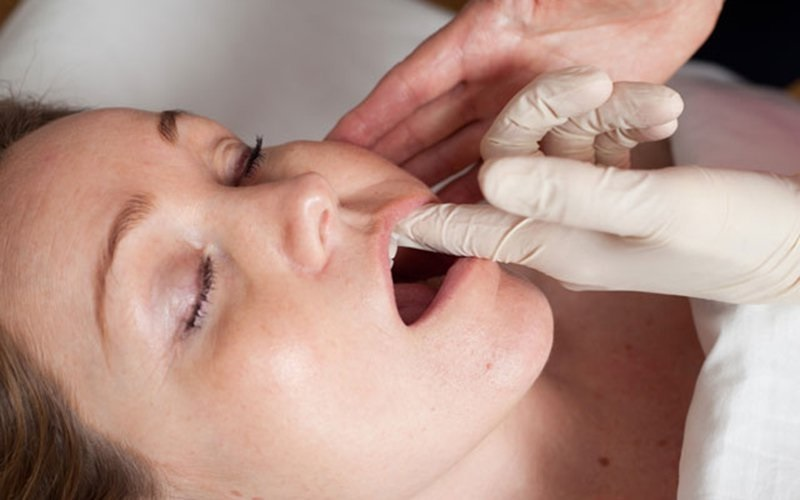 Буккальный массаж лица через рот