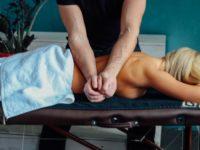 Массажист Виталий делает массаж девушке