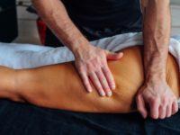 Массажист Виталий делает антицеллюлитный массаж