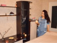 Массажистка Юлия со свечой