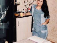 Массажистка Юлия в кабинете